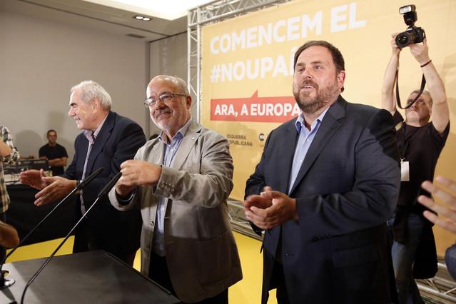 Ernest Maragall, Josep Maria Terricabras y Oriol Junqueras celebran el triunfo de ERC, anoche.