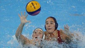Aria Fischer jugadora de Estados Unidos y Paula Leiton de España de waterpolo en los Campeonatos del mundo en Corea