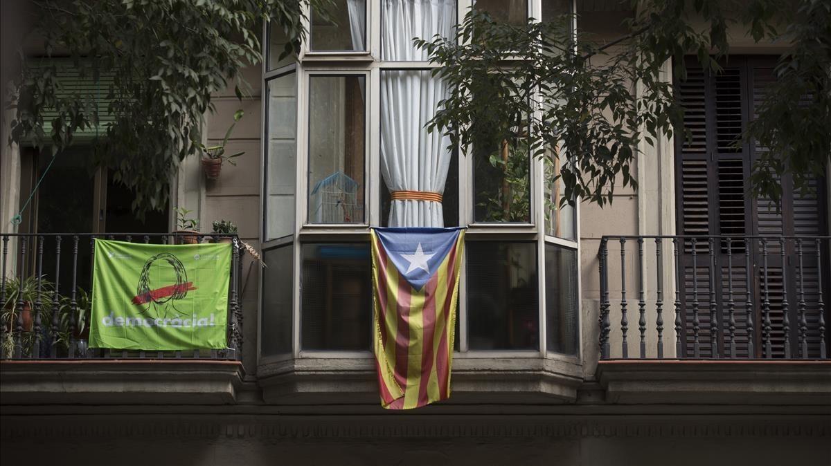 Estelada en en un balcón de la calle Girona de Barcelona.