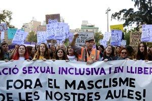 Estudiantes y un miembro de la Marea Pensionistas sujetando una pancarta en la concentración de este miércoles en Barcelona