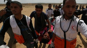 Evacuación de un palestino herido durante las protestas por el traslado de la Embajada de EEUU a Jerusalén.