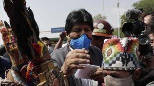 Evo Morales saluda a sus seguidores a su llegada a la ciudad boliviana de Villazón, este lunes.
