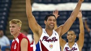 El exjugador puertorriqueño, José Piculín Ortiz, celebra una canasta de su equipo en el Mundial de Indianápolis del 2002.