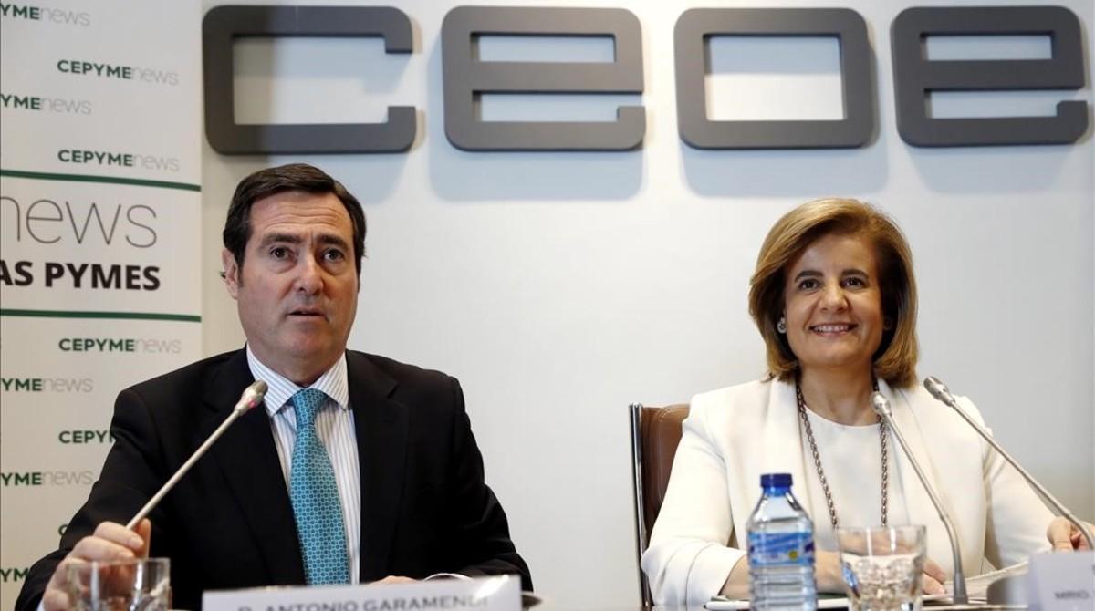 La ministra de Empleo, Fátima Báñez, junto a Antonio Garamendi, presidente de Cepyme, en un acto de la CEOE.