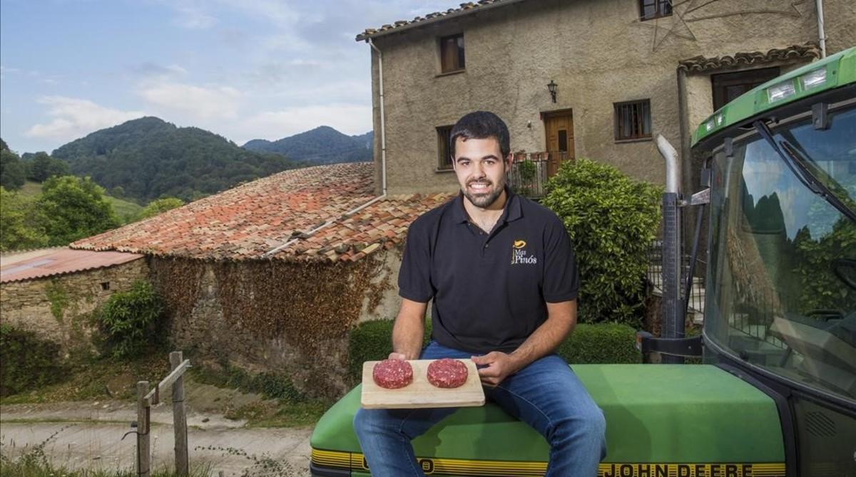 Tradición y futuro. Jaume Casas tiene 26 años y es la cuarta generación en Cal Pinós, una familia de ganaderos de Vallfogona de Ripollès.