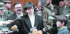 Feliu, flanqueada por guardias civiles, su marido, Francesc Pérez, y uno de sus hijos, da explicaciones a la prensa, el 27 de marzo de 1994, en Olot.
