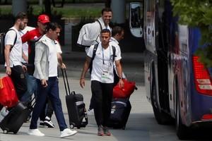 Fernando Hierro y Thiago Alcantara a la salida de Krasnodar