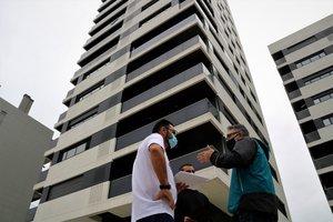 Veïns d'uns edificis de l'Obra Social La Caixa demandaran l'entitat per incompliment de contracte