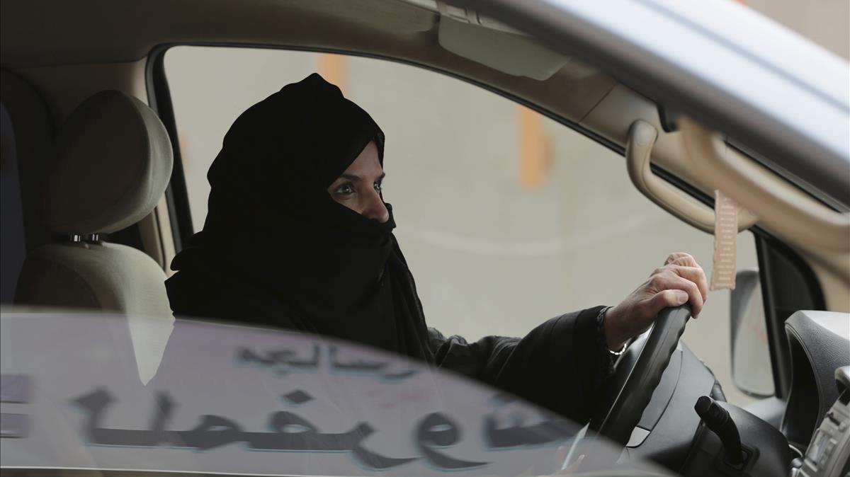 Foto de archivo de Aziza Al-Yousef conduciendo un coche en Riad como acto de protesta en el 2014 a favor de eliminar la ley que prohibe a las mujeres saudís conducir.