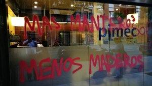 Atac a la seu de Pimec de Barcelona amb pintades: 'Més manters, menys policia'