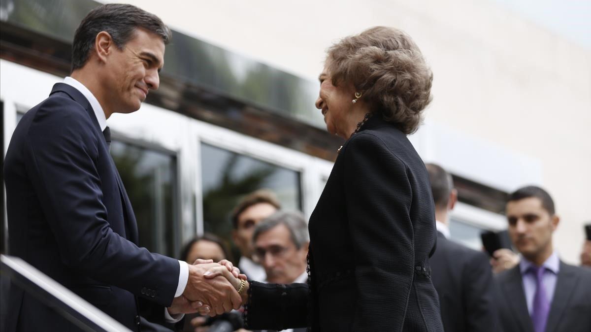 El presidente de Gobierno, Pedro Sanchez, saluda a la reina Sofía.