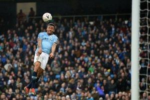 Gabriel Jesus se dispone a cabecear un balón.
