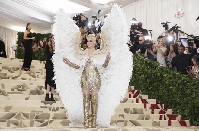 Katy Perry, una de las anfitrionas de la gala, deslumbró con uno de los 'looks' más atrevidos en el Metropolitan Museum of Art Costume. Una apuesta de Versace que completó con unas enormes alas emplumadas.