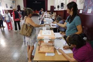 Gente votando a primera hora en el Institut Menéndez y Pelayo, de la Via Augusta de Barcelona.