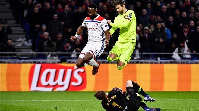 Gerard Piqué y Moussa Dembélé, en una jugada de ataque del Olympique que ataja Ter Stegen.
