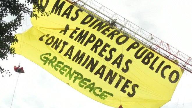 Activistas de Greenpeace han desplegado esta mañana una pancarta junto al Congreso de los Diputados con el lema No más dinero público a empresas contaminantes para denunciar que el Gobierno siga apoyando los combustibles fósiles.