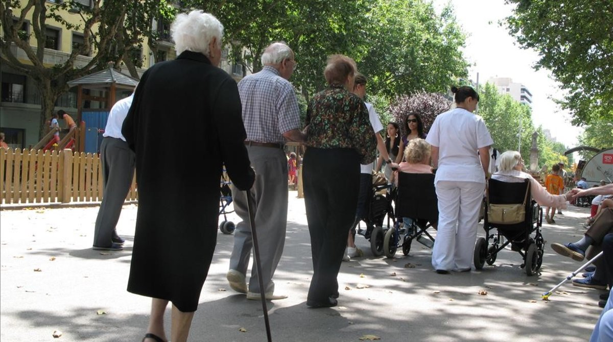 Un grupo de ancianos pasea por Paseo San Juan.
