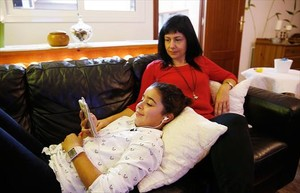 Guadalupe Romero y su hija Paula, en su domicilio de una urbanización del Baix Llobregat.
