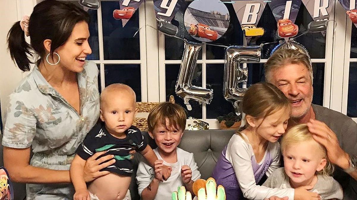 Hilaria y Alec Baldwin posan con sus cuatro hijos.