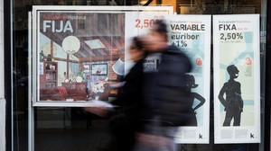 Una oficina de Kutxabank en Barcelona hace publicidad de sus hipotecas.