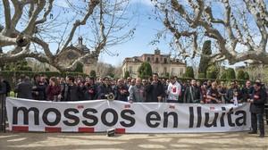 Concentración de Mossos frente al Parlament este miércoles.