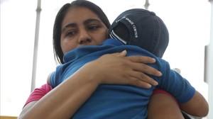Imagen del reencuentro de una madre hondureña con su hijo de cinco años.