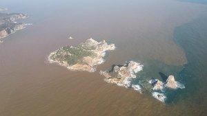 Imagen de las Islas Medes, situadas a menos de dos kilómetros de la playa de L'Estartit y muy cerca de la desembocadura del río Ter, tras el paso de la borrasca 'Gloria', este jueves.