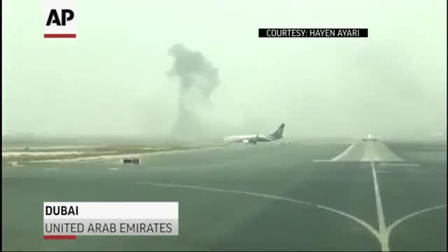 Imágenes grabadas por u usuario del avión de Emirates Airlines accidentado en el aeropuerto de Dubai.