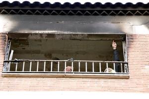 Personal de los bomberos, trabajando en la vivienda afectada por el incendio.