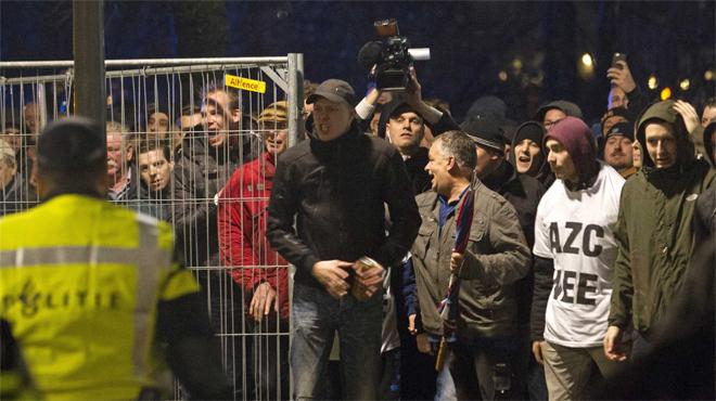 Revuelta violenta en una ciudad holandesa contra un centro para refugiados