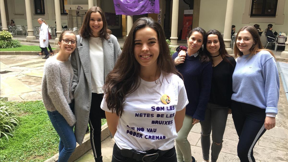 Ingrid, Mar, Apolonia (centro), Maria, Aina y Mariona en el claustro del Hospital Clínic este jueves de huelga feminista.
