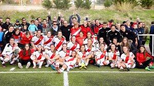 Iñigo Errejón con las jugadoras del Rayo Vallecano.