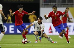 James disputa el balón a Bolaños y Venegasen el encuentro entre Colombia y Costa Rica por el grupo A de la Copa América Centenario.