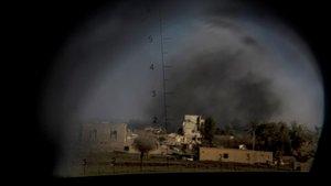 Imagen tomada desde un vehículo militar de unbombardeo a la localidad de Baghouz.