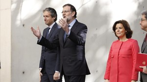 Mariano Rajoy, con la vicepresidenta Soraya Sáenz de Santamaría y el ministro Íñigo de la Serna, este martes en Barcelona.
