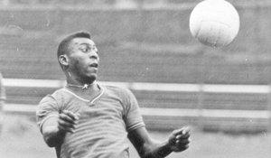 Un joven Pelé da toques a un balón en un entrenamiento.