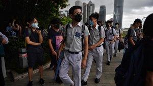 Jóvenes estudiantes se manifiestan en Hong Kong, este lunes.