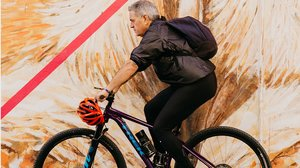 Juan Sellers a bordo de su bicicleta.