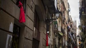Lazos rojos en el Raval contra los narcopisos