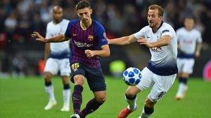 Lenglet intenta frenar a Kane en el Tottenham-Barça jugado en Wembley.