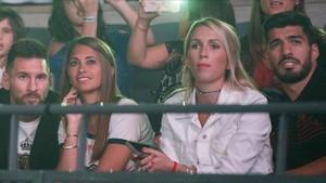 Los matrimonios Messi y Suárez, cuatro espectadores de excepción en el concierto de Maluma en el Sant Jordi.