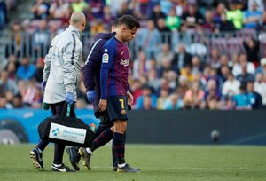 Soccer Football - La Liga Santander - FC Barcelona v Getafe - Camp Nou, Barcelona, Spain - May 12, 2019 Barcelona's Philippe Coutinho is substituted after sustaining an injury REUTERS/Susana Vera