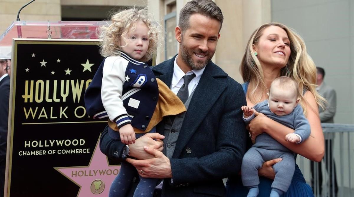 Ryan Reynolds, con su esposa Blake Lively y sus dos hijas.