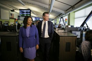 London Breed, alcaldesa de San Francisco, en su ciudad con el gobernador de California, Gavin Newsom.