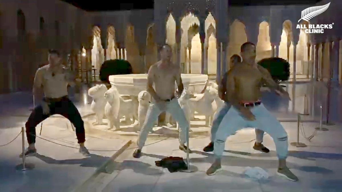 Los All Blacks visitan la Alhambra e interpretan una haka.