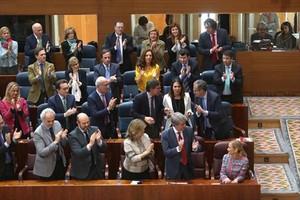 Los diputados autonómicos del PP aplauden a Cristina Cifuentes, ayer.