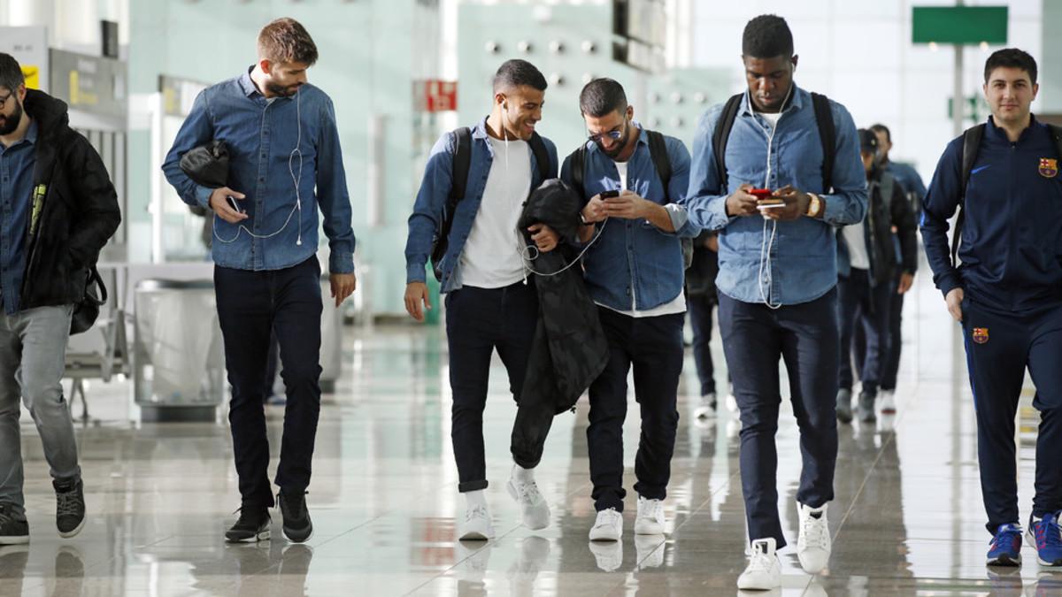 Los jugadores del Barça escuchando música en un viaje