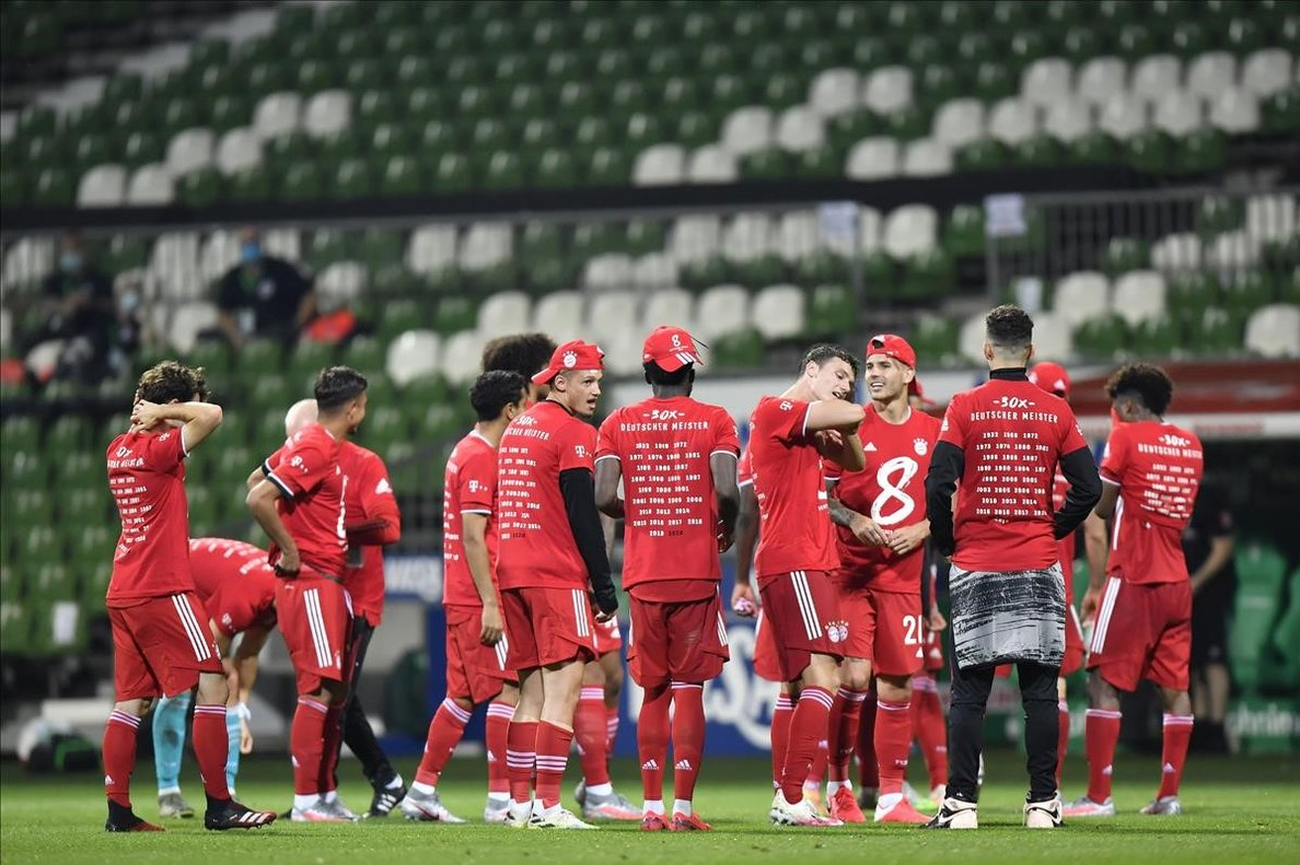 Los jugadores del Bayern celebran el título en el campo del Werder Bremen