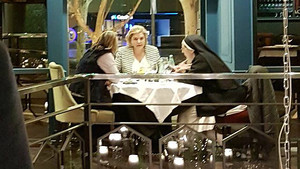 Helena Rakosnik, Pilar Rahola y Sor Lucía Caram, este lunes en un establecimiento de Barcelona