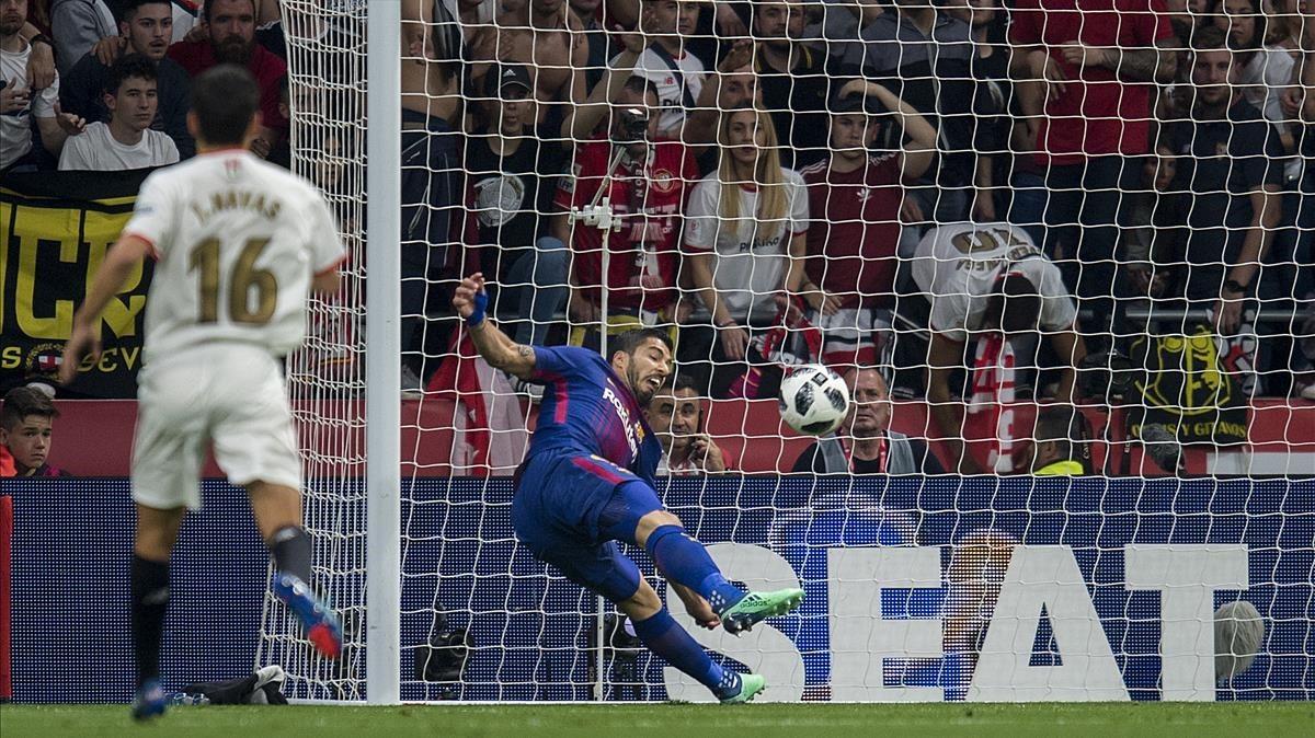 Luis Suárez marca el primer gol azulgrana de la final de la Copa del Rey.